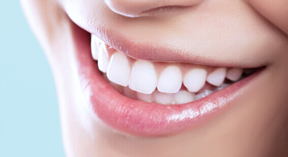 Ослепительная улыбка после чистки зубов методом air-flow